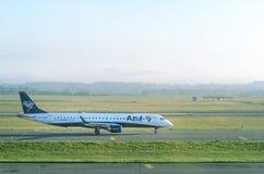 Azul Airlines surfacent la préparation pour s'arrêter à l'aéroport d'Internacional Afonso Pena Photographie stock libre de droits