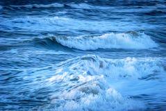 Azul atlântico e branco da ressaca Imagens de Stock Royalty Free