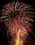 Azul blanco rojo de las explosiones de las luces de los fuegos artificiales Foto de archivo libre de regalías