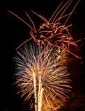 Azul blanco rojo de las explosiones de las luces de los fuegos artificiales Imagenes de archivo