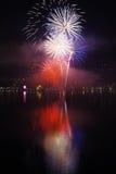 Azul blanco rojo de los fuegos artificiales del ` s Eve del Año Nuevo Foto de archivo libre de regalías