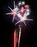 Azul branco vermelho das explosões das luzes dos fogos-de-artifício Imagens de Stock