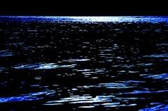 Azul brilhante cintilante do revestimento do brilho do mar da noite Imagens de Stock