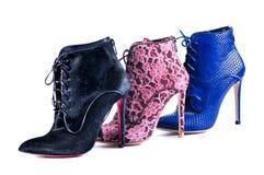 Azul brilhante, laço de Borgonha e botas pretas do tornozelo da pele Calçados de três cores e materiais diferentes Foto de Stock Royalty Free