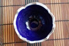 Azul - castiçal rachado vazio branco, vew superior fotografia de stock royalty free