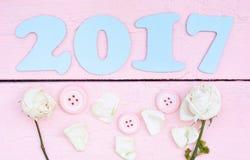 2017 azul claro y rosas blancas Imagenes de archivo