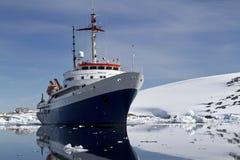 Azul con el día de verano turístico blanco de la nave en el antártico Fotos de archivo libres de regalías