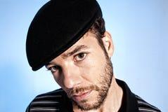 Azul considerável do chapéu do retrato novo do homem moderno fotografia de stock royalty free