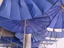 Azul da cor do guarda-chuva foto de stock royalty free