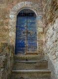 Azul da porta ao abrigo na cidade de Calcata imagem de stock royalty free