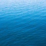 Azul de índigo do mar fotografia de stock