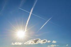 Azul de cielo y rastro del avión Fotos de archivo libres de regalías