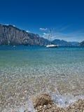 Azul de Garda del lago fotografía de archivo