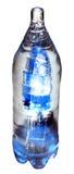 Azul de la botella del hielo aislado en blanco fotografía de archivo
