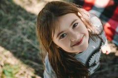 Azul de la naturaleza de la sonrisa del outumn de los niños de la muchacha fotografía de archivo libre de regalías
