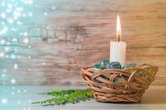 Azul de la Navidad y del Año Nuevo con el fondo marrón Imagenes de archivo
