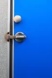 Azul de la puerta del cuarto de baño. Foto de archivo libre de regalías