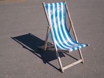 Azul de madera y blanco de la silla de cubierta del vintage de Blackpool Imágenes de archivo libres de regalías