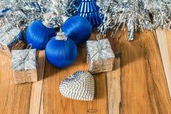 Azul decorado pelo Natal e o ano novo Fotografia de Stock