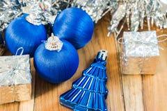 Azul decorado pelo Natal e o ano novo No fundo de Fotos de Stock