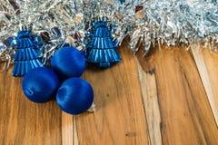 Azul decorado pelo Natal e o ano novo No fundo de Imagens de Stock Royalty Free