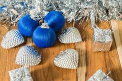 Azul decorado pelo Natal e o ano novo No fundo de Foto de Stock Royalty Free