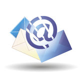Azul del correo electrónico y sobres de diversos colores Imagenes de archivo