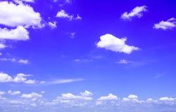 Azul del fondo del cielo con las nubes blancas Imagen de archivo