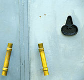 azul del metal del oro en África el viejo hogar de madera de la fachada y el PA seguro Fotografía de archivo libre de regalías