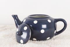 Azul del pote del té con los puntos blancos Foto de archivo
