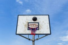Azul del vuelo de la bola del baloncesto al aire libre Imagenes de archivo