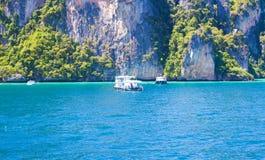 Azul do mar com a montanha bonita Imagens de Stock Royalty Free