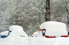 Azul e caminhões nevados vermelhos Fotografia de Stock Royalty Free