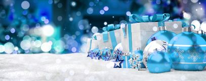 Azul e de presentes e de quinquilharias 3D do White Christmas rendição Fotos de Stock Royalty Free