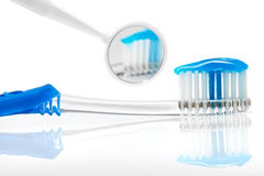 Azul e espelho da escova de dentes fotos de stock