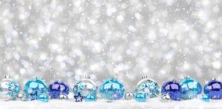 Azul e rendição das quinquilharias 3D do White Christmas Fotos de Stock Royalty Free