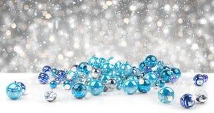 Azul e rendição das quinquilharias 3D do White Christmas Imagens de Stock Royalty Free