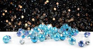 Azul e rendição das quinquilharias 3D do White Christmas Ilustração Royalty Free