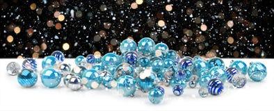 Azul e rendição das quinquilharias 3D do White Christmas Fotografia de Stock Royalty Free