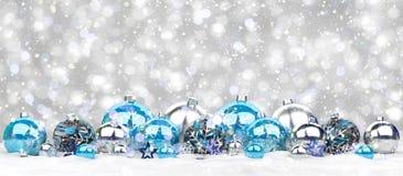 Azul e rendição das quinquilharias 3D do White Christmas Fotografia de Stock
