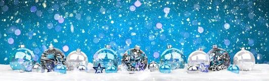 Azul e rendição das quinquilharias 3D do White Christmas Imagem de Stock