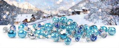 Azul e rendição das quinquilharias 3D do White Christmas Fotos de Stock