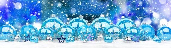 Azul e rendição das quinquilharias 3D do White Christmas Imagens de Stock
