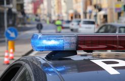 Azul e sirenes de piscamento vermelhas do carro de polícia Imagens de Stock