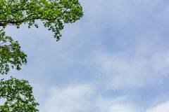 Azul e Smokey Cloud Sky Background Foto de Stock Royalty Free