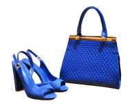 Azul eléctrico de la cinta, esta bolso-ropa rizada del totalizador del ` s de las mujeres con un metall imágenes de archivo libres de regalías