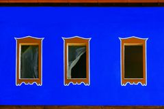 Azul exterior con tres ventanas Fotos de archivo