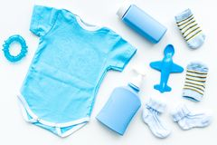 Azul fijado para el muchacho recién nacido Mono del bebé, calcetines, juguete airplan, jabón y polvo en la opinión superior del f Fotos de archivo