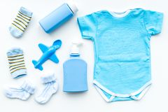 Azul fijado para el muchacho recién nacido Mono del bebé, calcetines, juguete airplan, jabón y polvo en la opinión superior del f Foto de archivo libre de regalías