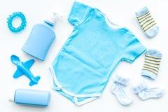 Azul fijado para el muchacho recién nacido Mono del bebé, calcetines, juguete airplan, jabón y polvo en la opinión superior del f Imagen de archivo